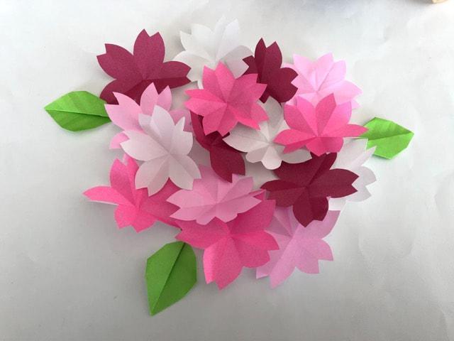 ハンドメイド 折り紙 桜 16枚 幼稚園 施設など壁面飾り_1